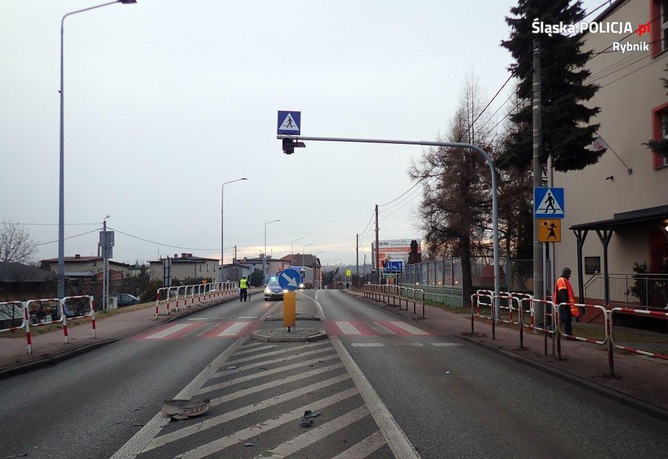 Koszmarny wypadek w Rybniku. Dzisiaj (29.01) rano dostawczy bus potrącił na przejściu dla pieszych 8-letniego chłopca i jego ojca (fot.KMP Rybnik)