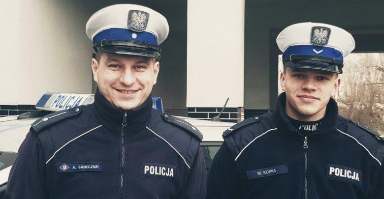 Policjanci mł.asp. Artur Sanecznik oraz sierż. Mateusz Kopka eskortowali przyszła mamę do szpitala na porodówkę (fot.policja)