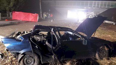 Uderzył w słup i betonowe ogrodzenie. Z auta wypadł pasażer, który zginął na miejscu. Kierowca BMW był pijany (fot.Policja Lubelska)