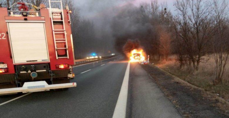 Śląskie: Eksplozja samochodu. Dzięki policjantom kierowca żyje (fot.Śląska Policja)