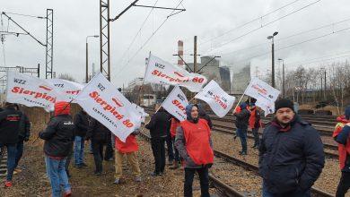 """PILNE!!! Górnicy blokują tory przy Elektrowni Łaziska. """"Nie wjedzie już tu żaden ruski węgiel"""" (fot.Patryk Kosela)"""