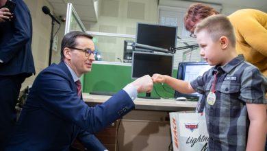 """6-letni Rafał z Rybnika uratował życie swojej mamie. Mały bohater przybił """"żółwika"""" z premierem Morawieckim (fot.premier.gov.pl)"""