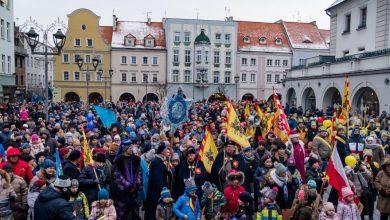 Orszak Trzech Króli w Gliwicach. Trzy kolorowe grupy spotkająsię na Rynku (fot.UM Gliwice)