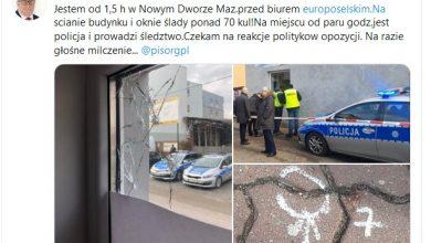 -Dziś w nocy ostrzelano moje biuro europoselskie w Nowym Dworze Mazowieckim - napisał na swoim Twitterze europoseł Ryszard Czarnecki (fot.twitter)