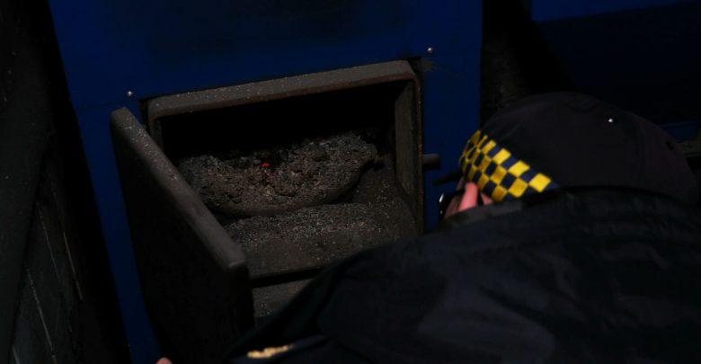 Śląskie: Kontrole wyłapują trucicieli! Coraz więcej osób wpada na paleniu byle czym!