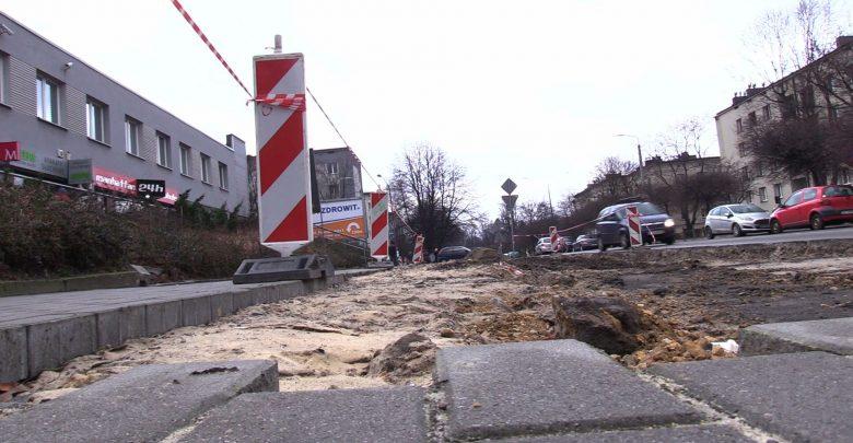 Mieszkańcy chcą parkingu, a miasto buduje drogę rowerową. Awantura w katowickiej Ligocie wybuchła po tym, jak po 16 miejscach postojowych została dziura