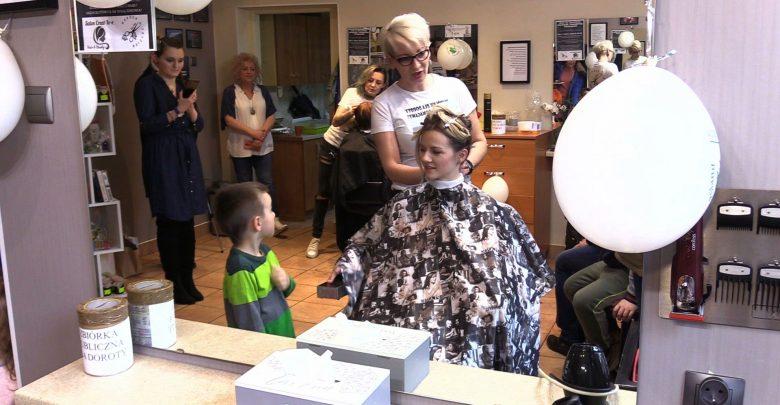 Bytom: Obcinali włosy i pomagali chorej Dorocie! Niezwykła akcja w salonie fryzjerskim