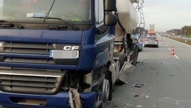 Wysiadł z ciężarówki i wtedy uderzył w niego mercedes. 69-latek zginął na miejscu (fot.KPP Pabianice)