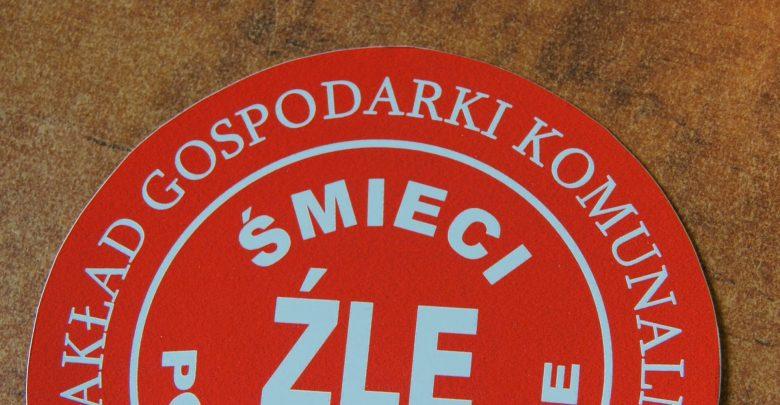 Takie czerwone naklejki mogą znaleźć na śmietnikach mieszkańcy Piekar Śląskich, którzy w niewłaściwy sposób segregują odpady.