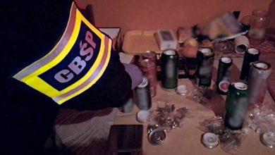 Pełen wachlarz narkotyków w puszkach po napojach. Do tego maczety, kastety i pałki bejsbolowe. Policjanci CBŚP w akcji (fot.policja.pl)