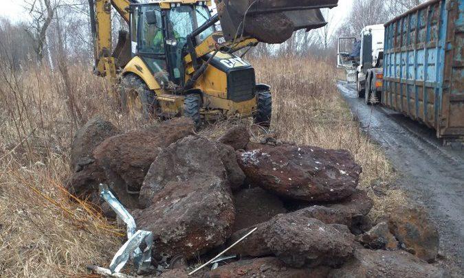 Bytom: przyjechał koparką i wysypywał odpady pohutnicze. Fot. UM Bytom