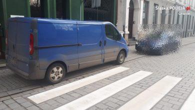 Mistrz parkowania w Gliwicach nieźle się zdziwił. Jeszcze nie wysiadł - już miał mandat ;) (fot.KMP Gliwice)