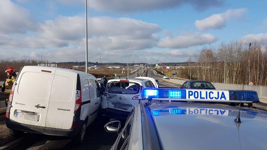 Groźny wypadek w Piekarach Śląskich na obwodnicy miasta. Na drodze wojewódzkiej nr 911 zderzyły się trzy samochody. Ranny 59-latek został zabrany do szpitala. (fot.KWP Katowice)