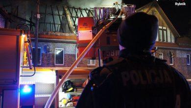 Cały dramat rozegrał się wczoraj (18.02) wieczorem w Czerwionce-Leszczyny przy ul. Wolności i Hallera. Ogień pojawił się na poddaszach dwóch familoków. Kilkudziesięciu strażaków od razu ruszyło z pomocą. [fot. Śląska Policja Rybnik]