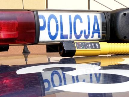 Jeden z policjantów kryminalnych z Gliwic po służbie i jadąc swoim prywatnym samochodem zauważył kierowcę, który nie trzymał się swojego toru jazdy czasami nawet wjeżdzając na chodnik. Zareagował sprytnie i bardzo szybko. [archiwum]