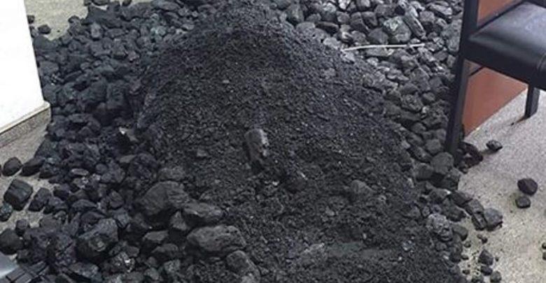 Ale SYF!!! Związkowcy z Sierpnia 80 wysypali węgiel w biurach posłów PiS! (fot.facebook.com/Sierpień80)