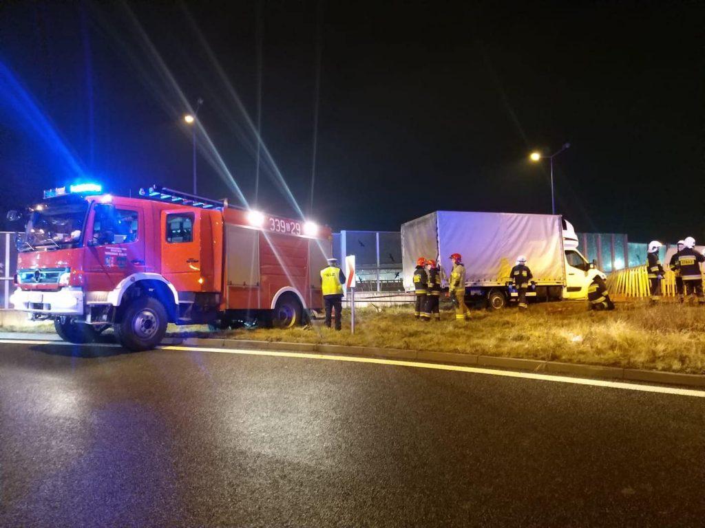 Kierowca dostawczego busa zjeżdżając z trasy S1 w stronę Cieszyna uderzył w barierki, przebił je i zawisł kilka metrów na biegnącą poniżej ulicą Węglową! Foto: Sylwester Gorząd Waszym Okiem - Radio Bielsko