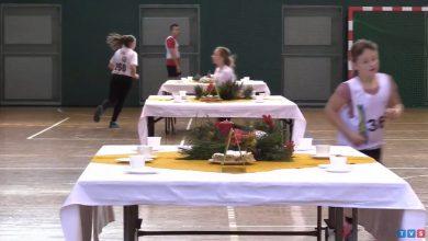 Biegali dookoła nakrytego stołu. Niesamowite zawody w Siemianowicach Śląskich [WIDEO]