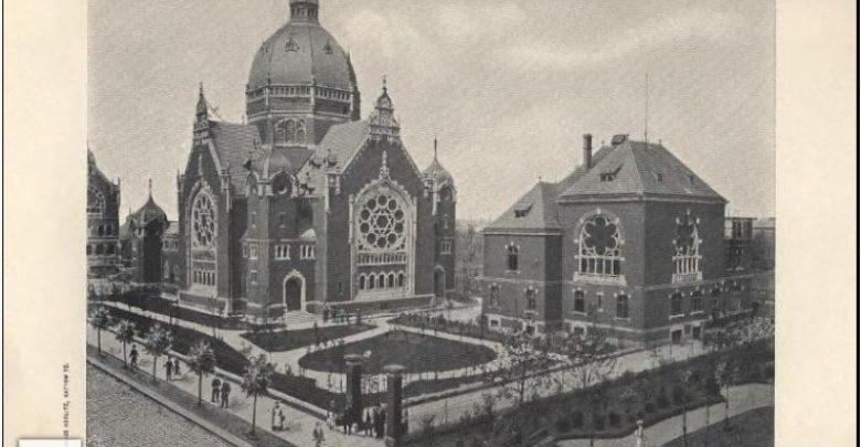 """Archiwalne zdjęcie synagogi w """"Geschichte der Synagogen\-Gemeinde Kattowitz O.\-S."""" 1900 r. [fot. autor nieznany, Śląska Biblioteka Cyfrowa]"""
