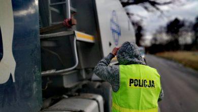 Zdjęcie z akcji przechwycenia pojazdu przewożącego nielegalne odpady. [fot. Śląska Policja]