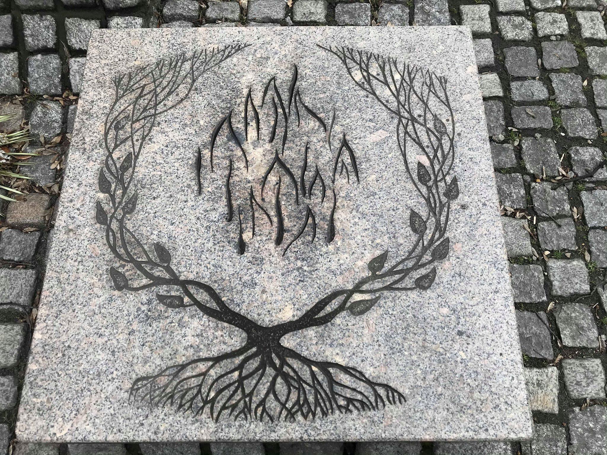 Pamiątkowa płyta pomnika Synagogi Wielkiej w Katowicach. [fot. B. Bednarczuk]