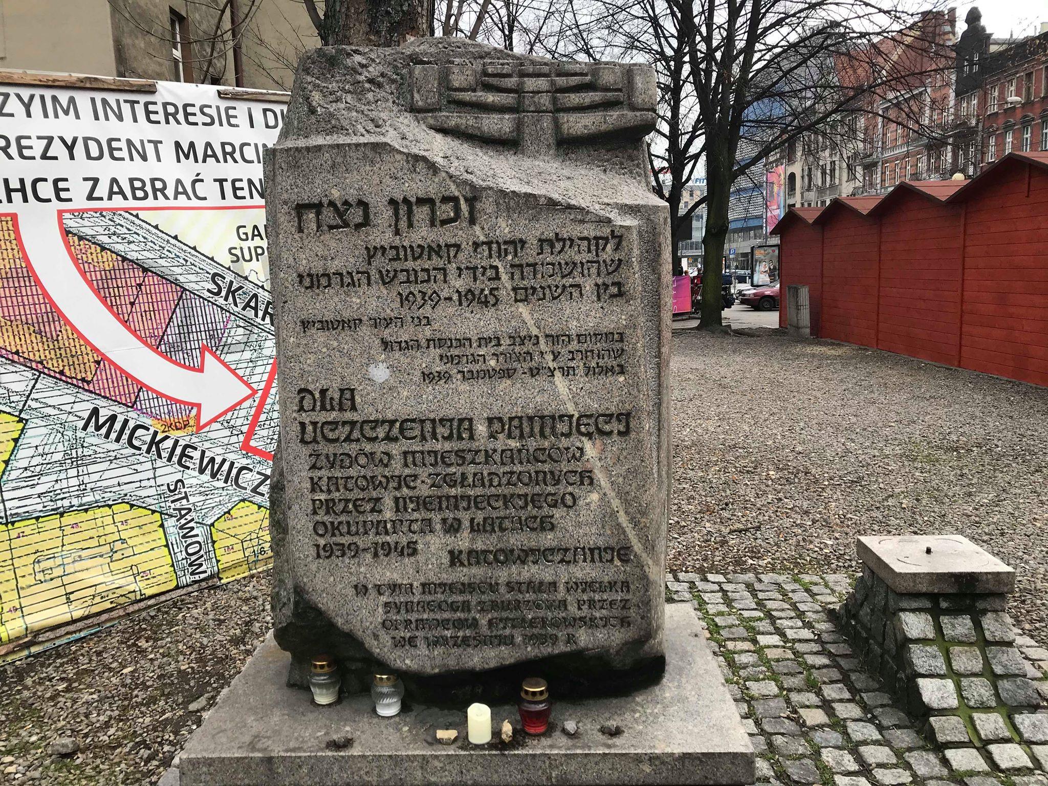 W hołdzie społeczności żydowskiej wypędzonej i wymordowanej przez hitlerowców. W tle widać instalację graficzno-tekstową zamieszczoną przez właściciela terenu. [fot. B. Bednarczuk]