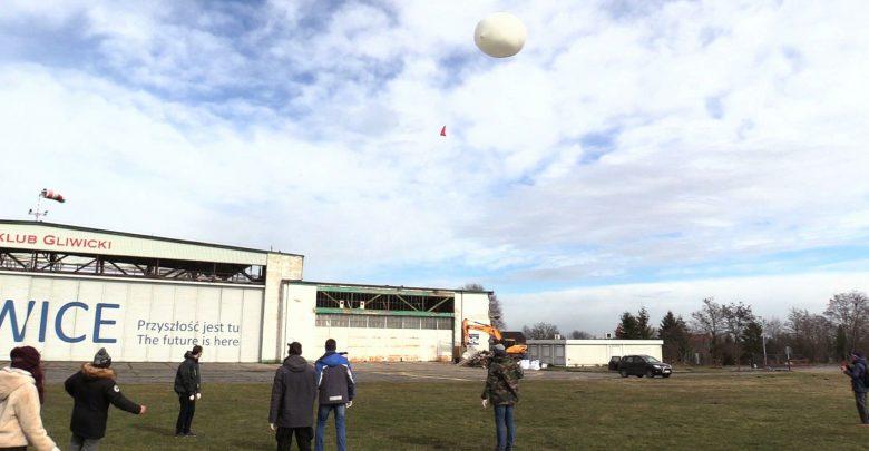 Z lotniska Aeroklubu Gliwickiego wystartował w niedzielę balon stratosferyczny SKN SAT, który może przemieszczać się z prędkością nawet 400km/h