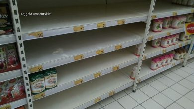 """Półki sklepowe świecą pustkami. Ministerstwo Rozwoju: """"Żywności w sklepach nie zabraknie"""""""