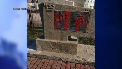 To nie pierwszy przypadek niszczenia tablicy upamiętniającej majora Stanisława Jaroszyńskiego przy ul. Orląt Lwowskich w Sosnowcu. W ostatnich dniach ktoś ponownie oblał ją farbą