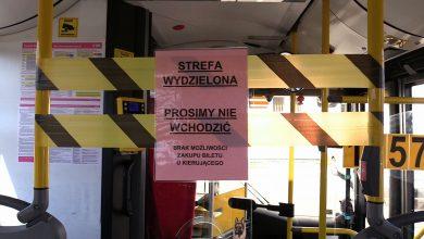 Epidemia koronawirusa: Parkomaty wyłączone, kierowcy autobusów odgrodzeni od pasażerów