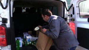 Produkty są dostarczane w sposób bezpieczny – wolontariusze zostawiają torby z zakupami na wycieraczce, nie mają kontaktu z osobami poddanymi kwarantannie