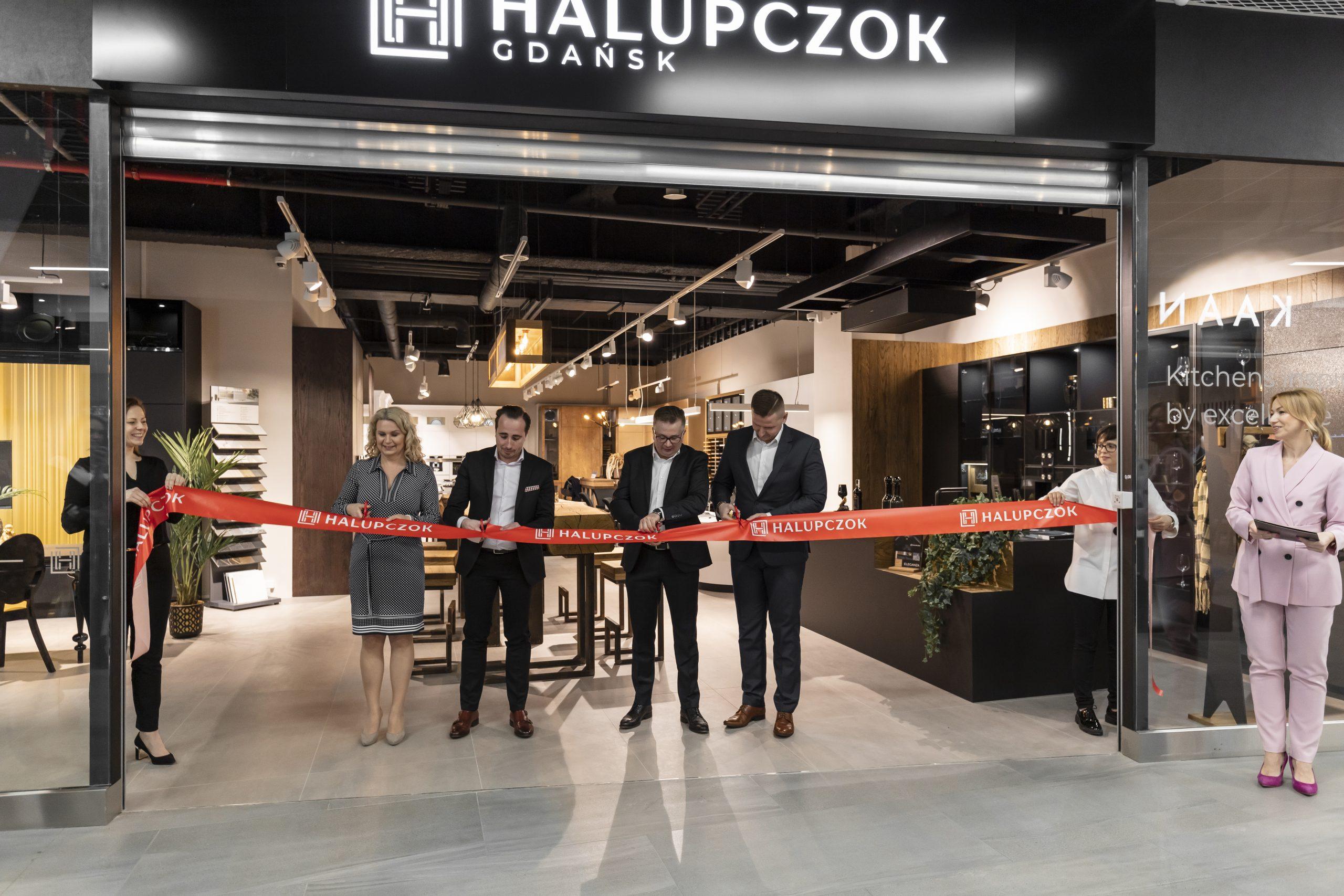 od lewej: kierownik gdańskiego showroomu Halupczok Joanna Dix, dyrektor City Meble Marek Bogacki, właściciel firmy Halupczok Adrian Halupczok, kierownik ds. kluczowych klientów marki Gaggenau Paweł Balik