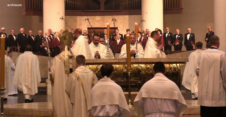Dyspensa od mszy do odwołania i Wielkanoc bez święconki. Kościół w obliczu koronawirusa