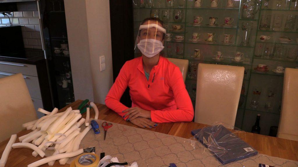 pomoc zaoferowała też pani Barbara Sośnierz, która umie przygotować specjalne przyłbice. Własnoręcznie