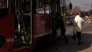 Pasażerowie komunikacji miejskiej masowo zwracają bilety okresowe na przejazd autobusami, tramwajami czy kolejami