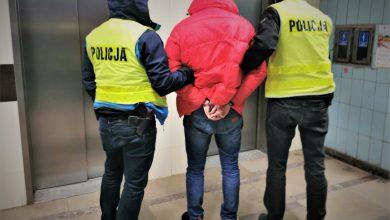 """Jeden z zatrzymanych przez finkcjonariuszy mężczyzn, który jest członkiem tzw. """"mafii śmieciowej"""". [fot. Śląska Policja]"""