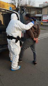 W jednym ze sklepów w Sosnowcu mężczyzna ostentacyjnie kaszląc, krzyczał że ma gorączkę i koronawirusa. Okazało się, że razem z towarzyszącą mu kobietą mieli coś jeszcze (fot.policja)