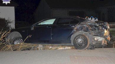 Pijany i na kwarantannie kierowca BMW zakończył jazdę na ogrodzeniu (fot.Policja Lubelska)