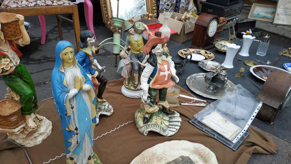 Porcelana, zastawy stołowe, figurki, bibeloty, monety, biżuteria czy rzeźby - to i tysiące innych przedmiotów miesiąc w miesiąc pojawia się na giełdzie staroci w Bytomiu