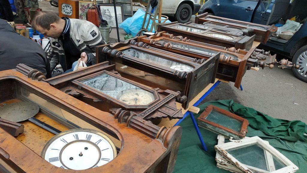 Stare zegary i ich miłośnicy to nieodzowny leement każdej giełdy staroci w Bytomiu