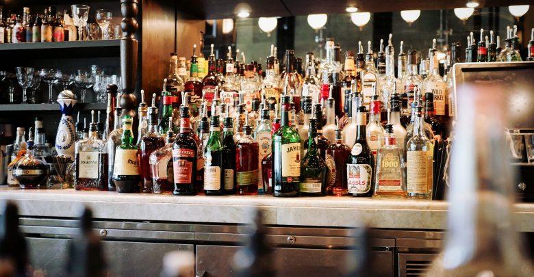 """Koronawirus szaleje w Polsce, a ta otworzyła bar. """"W środku siedzą klienci i spożywają alkohol"""" (fot.poglądowe/www.pixabay.com)"""