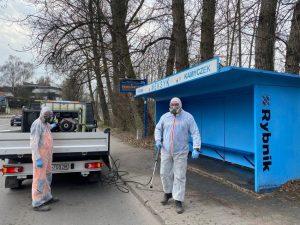 Epidemia koronawirusa: W Rybniku ludzie w maskach i kombinezonach dezynfekują przystanki (fot.Rybnickie Służby Komunalne)