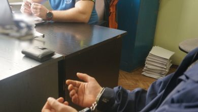 Jeden z zatrzymanych mężczyzn w rękach częstochowskiej Policji. [fot. Śląska Policja]