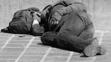 Sięgnij po telefon i wykręć numer 987, dowiesz, jaką pomoc i w jaki sposób osoba bezdomna może uzyskać albo po prostu zgłosisz sytuację. [fot. www.pixabay.com]