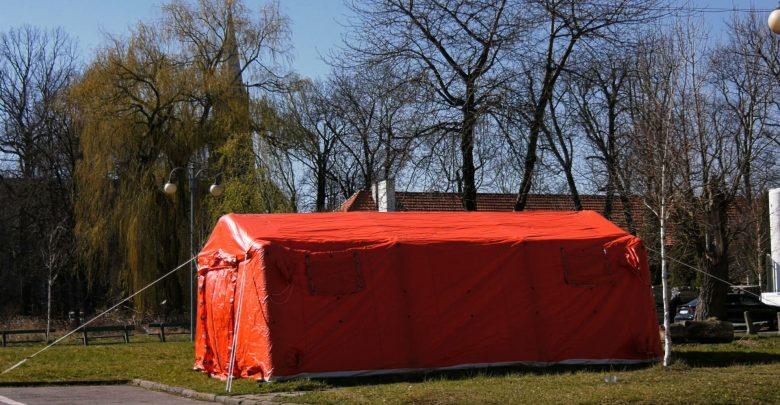 Koronawirus na Śląsku: Przed kolejnymi szpitalami stanęły specjalne namioty