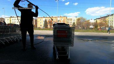 Wolontariusze dezynfekują wózki sklepowe. Tak jest w Jaworznie, gdzie mieszkańcy założyli grupę pod nazwą KoronaJaworzno i pomagają na różnych polach