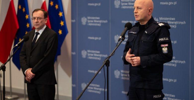 """To już nie są żarty. Policjanci patrolują ulice miast i mniejszych miejscowości. Dla """"opornych"""" przewidziano surowe kary (fot.policja.pl)"""