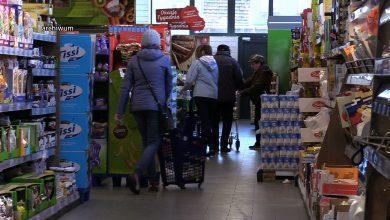 W poniedziałek 20 kwietnia weszły też zmiany w funkcjonowaniu sklepów i punktów usługowych. Może w nich przebywać więcej osób niż dotychczas