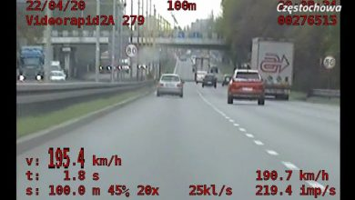 Kierowca BMW zasuwał jak dziki z policją na zderzaku! Wyszło ładne WIDEO