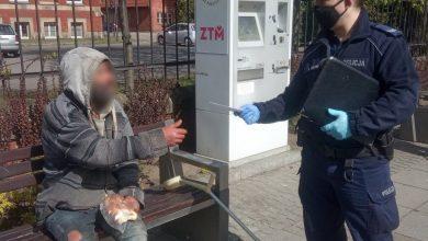 Policja z Katowic rozdaje maseczki bezdomnym [ZDJĘCIA]. Fot. KMP w Katowicach